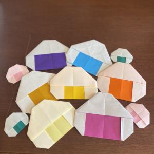 折り紙でおにぎりを作成し「おにぎりアクション」に参加しました。